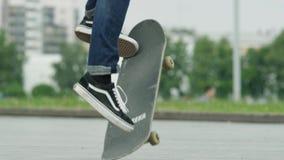 Schließen Sie oben von Skateboardfahrerfüße beim Eislauf auf Beton am Rochenpark stock video footage