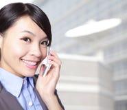 Schließen Sie oben von sprechentelefon der Geschäftsfrau Stockbild