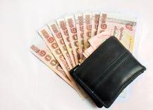Schließen Sie oben von tausend Thailand-Badbanknoten mit schwarzer Wand Stockfotos