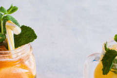 Schließen Sie oben von teilweise gesehenen frischen Fruchtcocktails Stockfoto