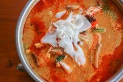 Schließen Sie oben von Tom Yum-Suppe, thailändische traditionelle würzige Garnelensuppe mit Lizenzfreie Stockbilder