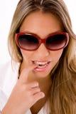Schließen Sie oben von tragenden Sonnenbrillen der jungen Frau Lizenzfreies Stockfoto