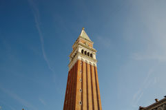 Schließen Sie oben von unterhalb vom Glockenturm Sans Marcos Stockfotografie