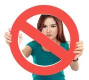 Schließen Sie oben von verbotenem Zeichen der jungen Frau Holding Lizenzfreies Stockbild