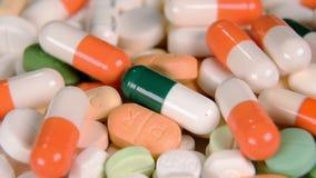 Schließen Sie oben von vielen verschiedenen spinnenden Drogen stock video