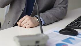 Schließen Sie oben von wählender Telefonnummer des Geschäftsmannes stock footage