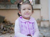 Schließen Sie oben von wenigem asiatischem lächelndem Baby, wie sie in einer guten Laune ist stockfoto