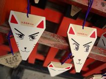 Schließen Sie oben von Wunschplaketten Fuchsform Emas an Schrein Fushimi Inari Taisha in Kyoto stockfotografie