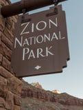 Schließen Sie oben von Zion National Park Sign Lizenzfreie Stockfotos