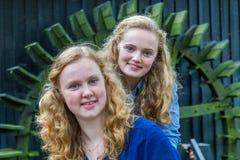 Schließen Sie oben von zwei Mädchen vor Wassermühle Stockbilder