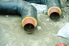 Schließen Sie oben von zwei neuen Rohren für Wasser, Heizung, Abwasser oder Gas herein mit Isolierung im Graben auf dem Rohrleitu Lizenzfreie Stockbilder