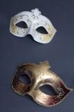 Schließen Sie oben von zwei schönen Karnevalsmasken auf Grau Stockbilder