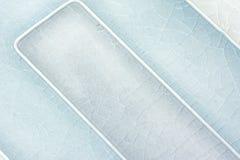 Schließen Sie oben von zwei tonte gebrochenen blauen Fliesenhintergrund Lizenzfreies Stockfoto