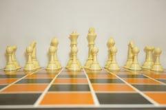 Schließen Sie Schachfiguren auf Spielbrett ab Stockfoto