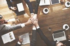 Schließen Sie sich der Handpartnerschafts-Vereinbarung an, die Unternehmenskonzept trifft lizenzfreie stockfotos