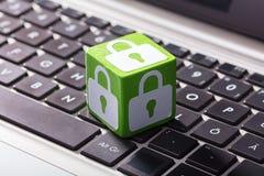 Schließen Sie Symbol-Block über der Laptop-Tastatur zu lizenzfreie stockbilder