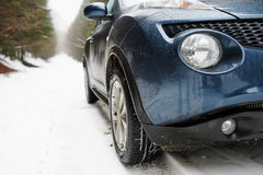 Schließen Sie von Autos leuchten auf einer schneebedeckten Straße Stockfotos