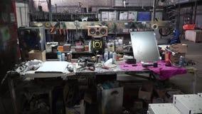 Schließen Sie Werktisch mit einer Wand von Werkzeugen in einer Werkstatt ab clip Tabelle mit Werkzeugen in der Garage stock video