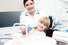 Schließen Sie zahnmedizinische Überprüfung für Mädchen ab Lizenzfreie Stockbilder