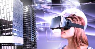 Schließen tragender Kopfhörer der virtuellen Realität der Frau mit hohen Gebäuden mit Welt und Schirme an Lizenzfreies Stockfoto