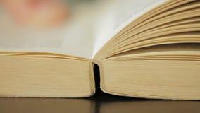 Schließend altes Buch in der Bibliothek stock video