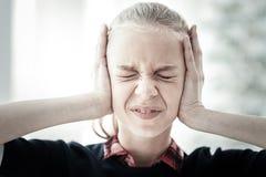 Schließend Augen der deprimierten unglücklichen Frau, die ihren Kopf berühren Lizenzfreie Stockbilder
