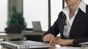 Schließender sitzender Schreibtisch Laptops Umkippengeschäftsdame, Mangel an Motivation, Arbeit stock video footage