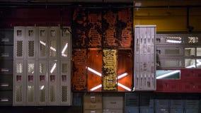 Schließfach-Wand mit Neonlichtern stockfotografie