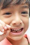 Schließlich erstes der Milchzähne zahnlos Jungenlächeln heraus lizenzfreies stockbild
