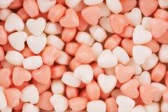 Schließen Sie extrem oben auf geformten Süßigkeiten des kleinen Herzens lizenzfreie stockbilder