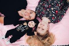Schließen Sie oben über von der glücklichen Familie, die auf Boden Außenseite liegt stockbilder