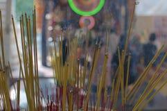 Schließen Sie oben von brennenden Räucherstäbchen bei Wat Phnom in Phnom Penh stockfotos