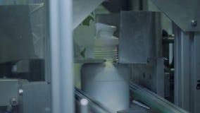 Schließen Sie oben von den Hälsen der Plastikflaschen, die weg mechanisch gehackt erhalten stock video footage