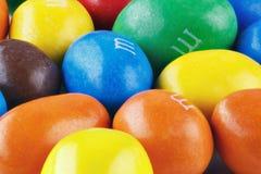 Schließen Sie oben von einem Stapel der bunten schokoladeüberzogenen Süßigkeit, Schokoladenmuster, Süßigkeiten Hintergrund, Drauf stockfoto