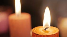 Schließen Sie oben von einer brennenden Kerzenflamme stock video footage