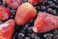 Schließen Sie oben von gefrorener Mischfrucht - Beeren - Schwarze Johannisbeere, Erdbeere stockfotografie