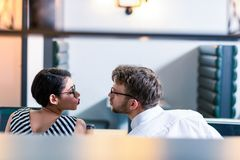 Schließen Sie oben von liebenden Paaren, dass, einander betrachtend stockfoto