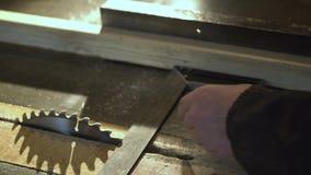 Schlie?en Sie herauf Ansicht eines Tischlers, der ein Lineal verwendet, um eine Zeile auf einem Vorstand zu zeichnen stock footage