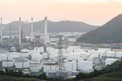 Schlie?en Sie herauf industrielle Ansicht an der Erd?lraffineriebetriebsformindustriezone mit Sonnenaufgang und bew?lktem Himmel lizenzfreie stockfotos