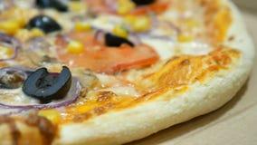 Schlie?en Sie herauf Video der vegetarischen Pizza mit Pilzen, K?se, Mais, Oliven und Tomaten stock video footage