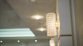 Schlie?en Sie oben auf Kristall des zeitgen?ssischen Leuchters, ist eine verzweigte dekorative Leuchte, die entworfen ist, an den stock video