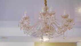Schlie?en Sie oben auf Kristall des zeitgen?ssischen Leuchters, ist eine verzweigte dekorative Leuchte, die entworfen ist, an den stock footage