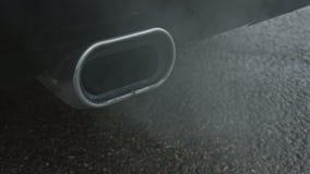Schlie?en Sie oben von den Dampfemissionen eines Autos Rohrauspuff stock video
