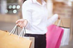 Schlie?en Sie oben von der vielen Holdinghand der jungen Frau der Verbraucherschutzbewegung Einkaufstasche stockfoto