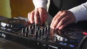 Schlie?en Sie oben von DJ-H?nden, die Parteimusik auf modernem CD usb-Spieler im Discoclub - Nachtleben- und Unterhaltungskonzept stock footage