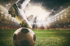 Schlie?en Sie oben von einem Fu?ballschlagger?t, das zu den Tritten den Ball am Stadion bereit ist lizenzfreie stockfotos