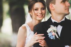 Schlie?en Sie oben von einem netten jungen Hochzeitspaar lizenzfreie stockbilder
