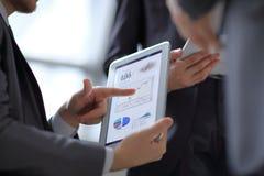 Schlie?en Sie oben von Mann ` s H?nden, die mit digitaler Tablette arbeiten, finanziell lizenzfreies stockfoto
