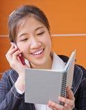 Geschäftsfrau, die am Telefon spricht Stockbild