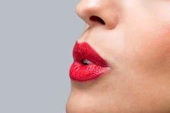 Schließen Sie herauf die roten Lippen, die einen Kuss durchbrennen Stockfotografie